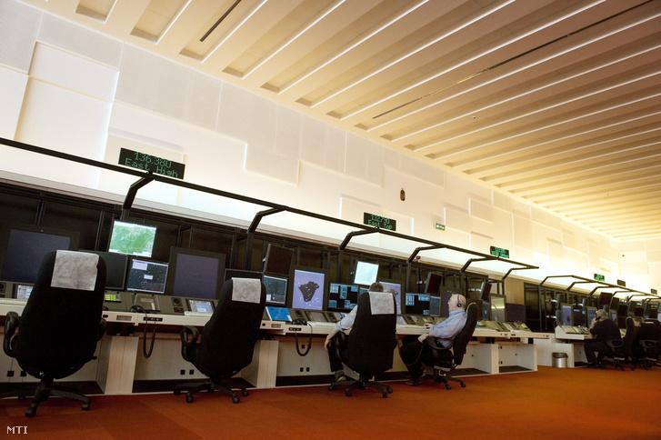 Légiforgalmi irányítók dolgoznak a HungaroControl Magyar Légiforgalmi Szolgálat ANS III munkatermében.