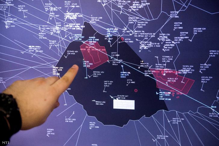 Pápa légterét mutatja egy légiforgalmi irányító.