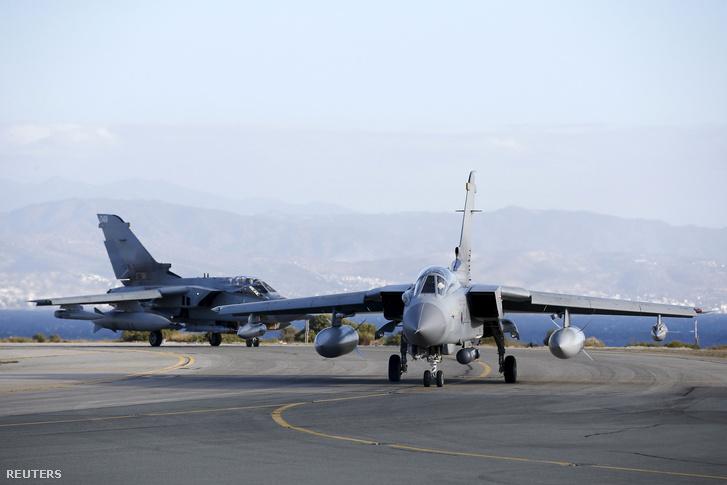 A brit légierő két Tornádója a ciprusi Akrotiri légitámaszponton, 2015. december 3-án.