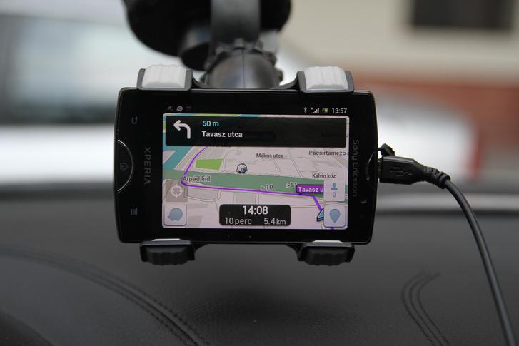 Egyből az elején kért egy tiszteletkört a parkolóban, máskülönben hibátlanul navigált végig a Waze