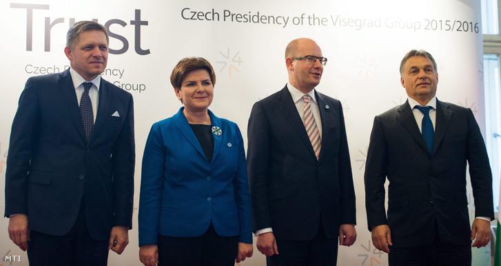 Robert Fico szlovák, Beata Szydlo lengyel, Bohuslav Sobotka cseh és Orbán Viktor magyar miniszterelnök a visegrádi négyek (V4) kormányfői találkozóján Prágában 2015. december 3-án.