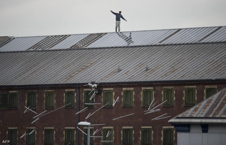 A börtönben uralkodó körülömények ellen demonstráló (nem transznemű) elítélt, Stuart Horner a manchesteri börtön tetején