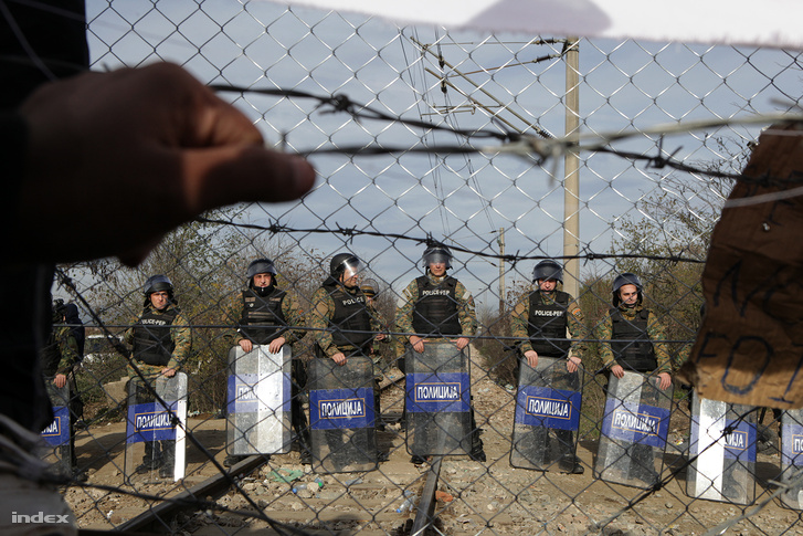 A túloldalon a macedón rohamrendőrök 24 órában őrzik a határt