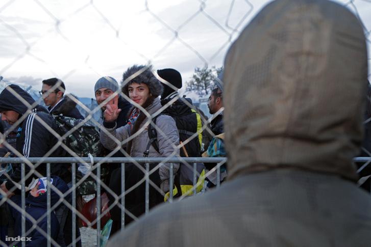 Marokkói menekült figyeli, ahogy a szerencsés szírek átlépik az orra előtt a határt.