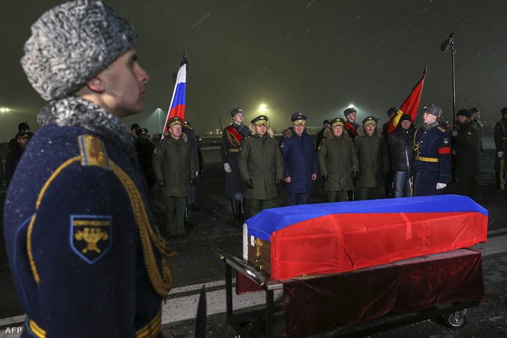 Tiszteletadás a Moszkva melletti katonai reptéren, a lelőtt orosz gép pilótájának koporsója előtt.