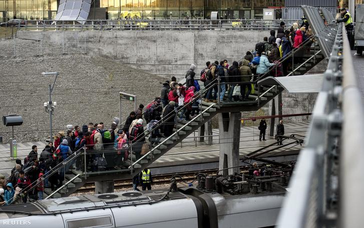 Menekültek várakoznak egy lépcsőn a malmői vasútállomáson