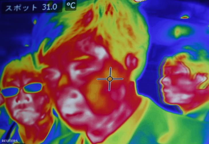 Látógatókat scannelnek infrakamerával egy japán biztonságtechnikai kiállításon