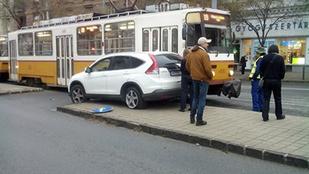 Balesetező autó akadályozza a Móricz Zsigmond körtér villamosforgalmát