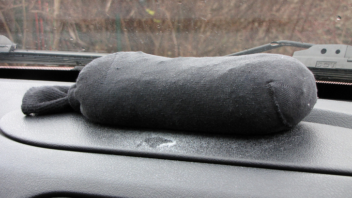A zoknis megoldás gyenge pontja, hogy a textil szálain keresztül az apró kristályok kipotyognak és beborítják a műszerfalat