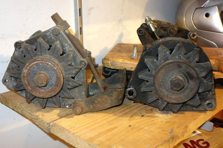 Baloldalt a régi fajta generátor a régi fajta konzollal, jobbra az, amelyik a Foltosban volt