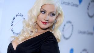 Christina Aguilera úgy berúgott, hogy majdnem ráesett egy karácsonyfára