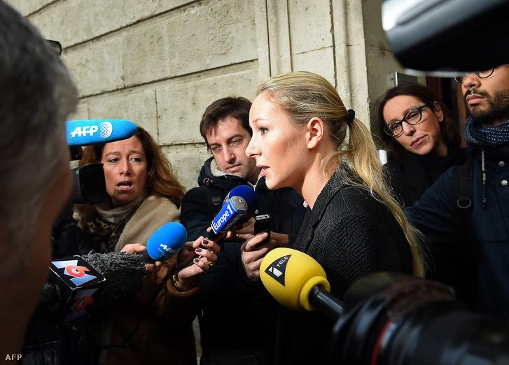 A Nemzeti Front jelöltje, Marion Maréchal-Le Pen nyilatkozik a sajtónak miután leadta szavazatát