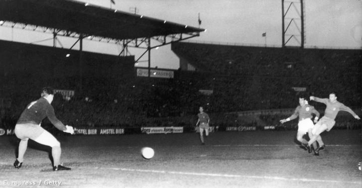 Puskás Ferenc szerez gólt a Guttmann Béla által vezetett Benficának az 1962-es BEK-döntőben. A döntőt végül a Benfica nyerte 5-3-ra.