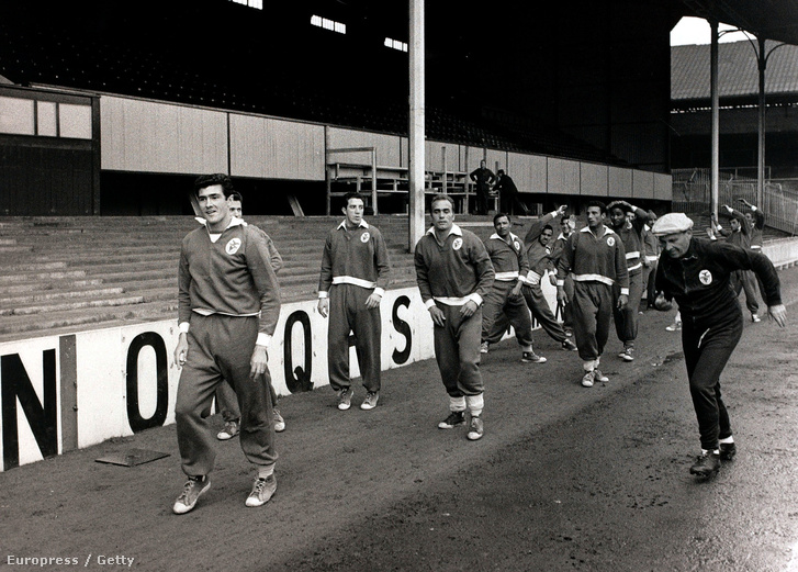 Guttmann Béla játékosaival a Tottenham elleni BEK-elődöntő előtt 1962-ben