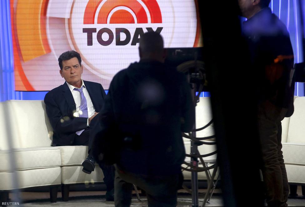Charlie Sheen amerikai színész az NBC reggeli műsorában bejelentette: HIV-pozitív. Élő egyenes adásban beszélt arról, hogy négy éve küzd a betegséggel és eddig egy vagyont költött rá, hogy titokban tartsa. Bámulatos sebességgel söpört végig a neten a bejelentés híre, miközben az információ végig a világ előtt hevert a Sony tavaly kiszivárgott levelezésében - de ott senki nem találta meg. Most a pornós exe perli Charlie Sheent, pénzt követel a színésztől, amiért nem mondta el neki a kapcsolatuk előtt, hogy HIV-fertőzött. Igazi rocksztárként élt évtizedekig, most viszont utolérte a sors.