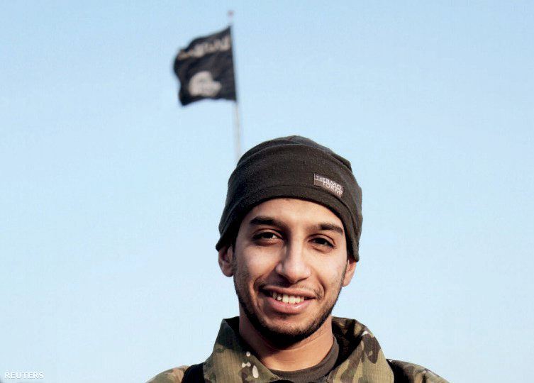 Abelhamid Abaaoud az Iszlám Állam zászlója alatt. November 13-án összehangolt terrortámadásokat követtek el Franciaországban, hét támadó meghalt, de az utcán lövöldöző csoportból Brüsszelbe szökő Salah Abdeslamot azóta is keresik Franciaországban, ésBelgium mellett Németországban is. Öt nappal a támadások után, egy hét órán át tartó rendőri akcióban megölték a támadások kitervelőjének tartott Abdelhamid Abaaoudot, egy marokkói-belga kettős állampolgárt. A saint-denis-i lakás elleni ostromban meghalt Abaaoud lányunokatestvére, egyik társa pedig felrobbantotta magát. Abaaouddal telefonon, de kódolt üzenetekkel tartották a kapcsolatot a párizsi merénylők, Salah, a támadások kitervelője pedig a helyszínen nézte meg a pusztítást, lényegében alig egy órával Francois Hollande érkezése előtt még a Bataclan koncertteremnél volt. Abaaoud és az Abdeslam-testvérek már a támadások előtt is rajta voltak egy belga terrorlistán. Azóta kiderült, hogy két párizsi merénylő is a menekültekkel együtt, hamis útlevéllel érkezhetett Európába. A párizsi támadások után három hónapos szükségállapotot vezettek be Franciaországban, és Európa több országában is folyamatosak a terrorellenes intézkedések.