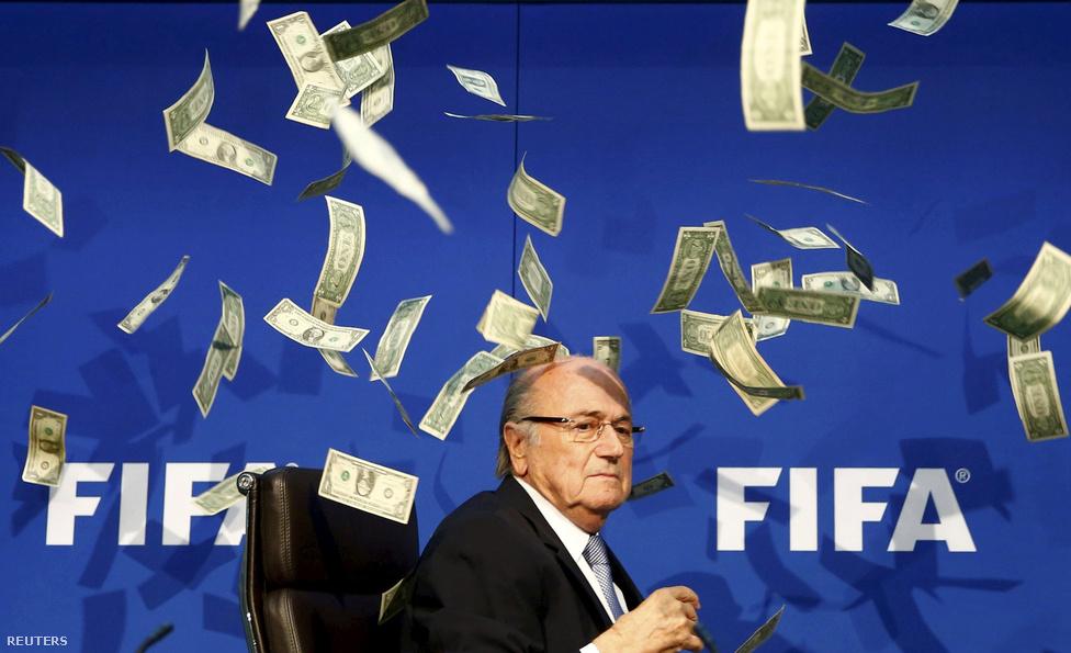 Sepp Blatter a FIFA svájci közgyűlésén.A FIFA-t 1998 óta vezető Blatter elnököt felfüggesztette a szövetség etikai bizottsága, miután sorra buktak ki a csontvázak a szekrényből az elmúlt húsz év legfontosabb eseményeinek döntési hátteréről. Azt maga Blatter is megerősítette, hogy a 2018-as orosz vb-ről már nagyjából a szavazás előtt döntöttek, a 2022-es katari foci-vb körüli botrányok pedig már hat évvel a játékok kezdete előtt rányomták a bélyegüket a vb-re. A FIFA mellett az európai szövetség, az UEFA is válságát éli, az elnöke, Michel Platini az Eb-sorsolásról konkrétan ki volt tiltva, miután a svájci államügyészség korrupció gyanújával nyomoz ellene.