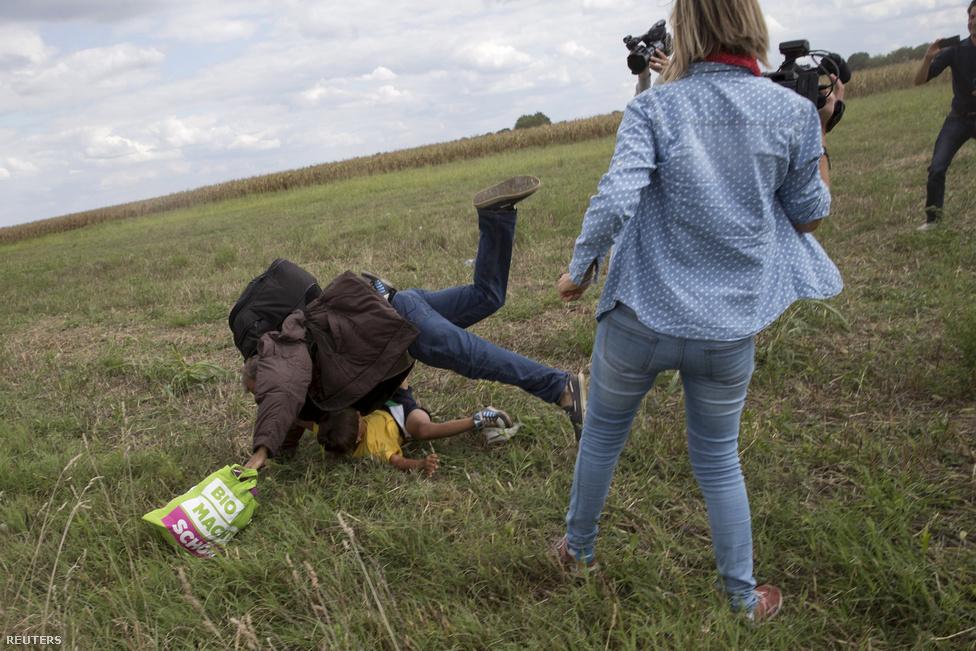 László Petra munka közben a röszkei határnál. Röszkénél több videó is készült szeptember 10-én, amikből jól látható, ahogy a radikális jobboldalinak tartott N1TV egyik operatőre megrúg egy kislányt, és egy gyermekét a karjában tartó férfit is elgáncsol (vagy csak a lába lendül, de a férfi magától esik el, ez azóta sem egyértelmű). A nőt azonnal elbocsátotta a tévé, az esetről készült felvételek bejárták a világsajtót, a nőalakja a menekültekkel szembeni kegyetlen bánásmód ikonja lett, fenyegetések tömegét zúdítva a riporterre, közben olyan külföldi lapok figyelmét is Magyarországra irányítva, amik addig nem kezelték kiemelten a menekülthelyzetet. László Petra magyarázkodott, majd megbánta tettét, de bocsánatot nem kért. A gyerekkel a kezében eleső férfi fociedzői állást kapott Spanyolországban, de az is elterjedt róla, hogy az al-Kaida szíriai fiókszervezetének, az an-Núszra Frontnak volt a tagja korábban.