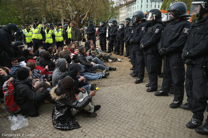 Menekültek tüntetnek az ideiglenes menekülttábor miatt Berlinben 2014. április 8-án.
