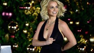 Ha Britney Spears oldalra fordul, különösen lapos a hasa