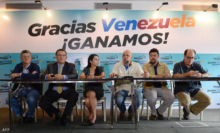Az győztes ellenzék sajtótájékoztatója a választások estéjén