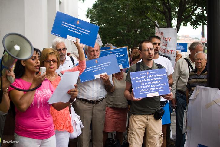 Questor-károsultak tüntetése az Igazságügyi Minisztérium előtt, 2015. augusztus 28-án.