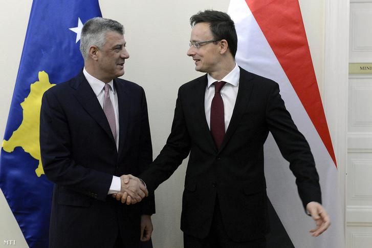 Szijjártó Péter külgazdasági és külügyminiszter (j) fogadja Hashim Thaci koszovói miniszterelnök-helyettest külügyminisztert Budapesten a minisztériumban 2015. december 9-én.