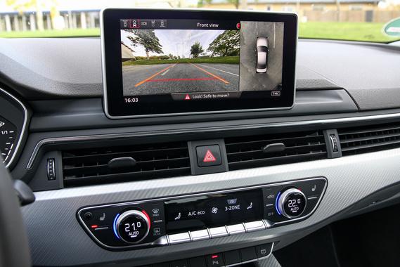 Nem túl szép, ahogy a műszerfal tetején trónol a kijelző az Audiban, de maga a tablet legalább jó képet ad