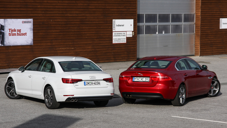 Innen már látni, hol fogy el a tér a Jaguarból: az Audi sokkal szögletesebb, a Jag vadul szűkül hátrafelé