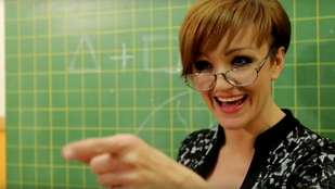 Szandi dögös tanárnőt alakít új klipjében