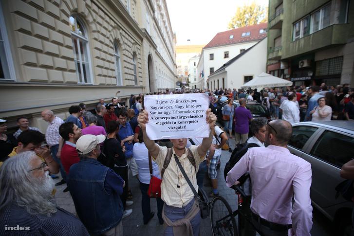 Tüntetés az Ökotárs Alapítvány elleni rendőri razzia után.