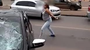 Lebukott a férje a szeretőjével, szétrúgta az autóját