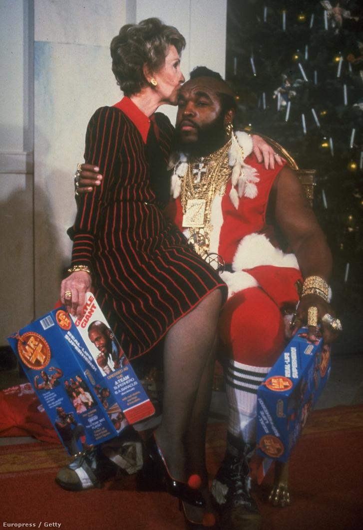 Nancy Reagan, Ronald Reagan felesége Mr T. ölében egy karácsonyi jótékonysági rendezvényen (1983.)