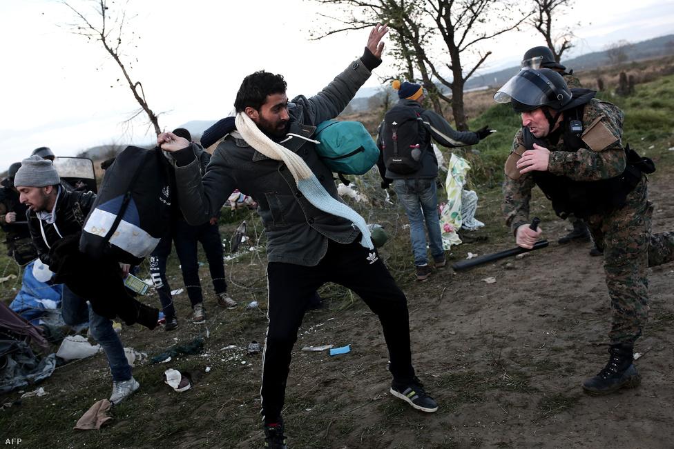 Az macedón-görög határnál várakoztatott menekültek kitörő csoportjával csapnak össze a macedón rendőrök Idomeninél, november 26-án.