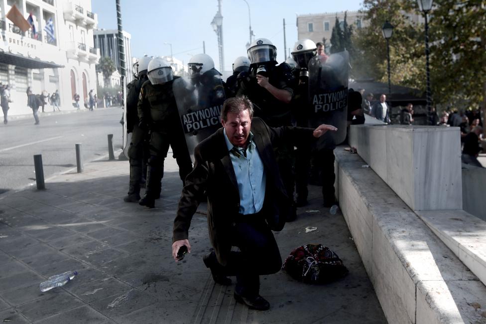 Megszorítások ellen tüntetőket oszlatnak a rendőrök Athénban.