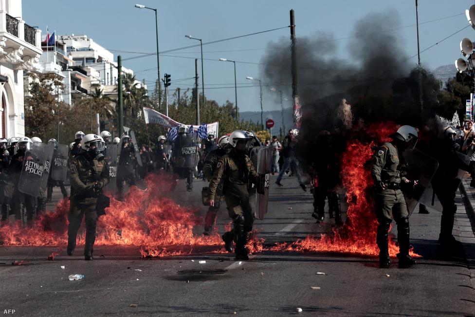Ciprasz kormánya ellen tüntető görögök csapnak össze a rohamrendőrökkel Athénban, november 12-én.