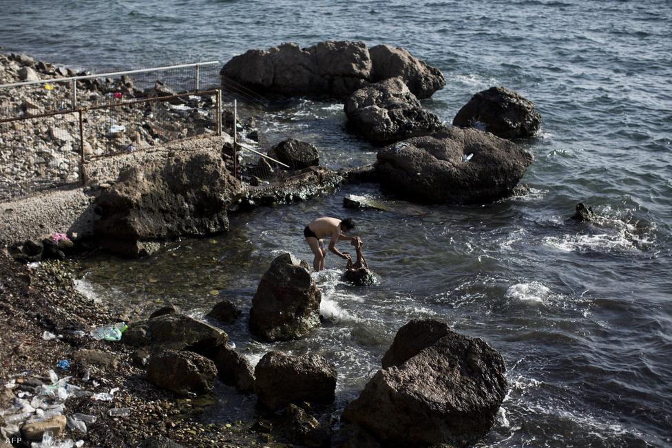 Egy menekült férfi mossa a ruháit Leszboszon, szeptember 10-én.