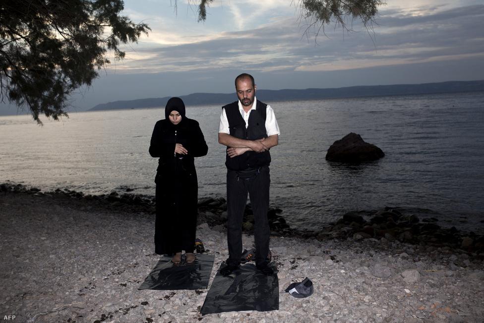 Partot ért menekültek imádkoznak Leszboszon, szeptember 9-én.
