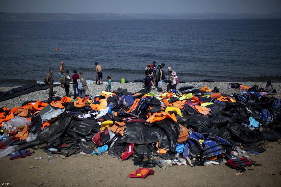 Kupacba gyűjtött mentőmellények Leszbosz szigetén, szeptember 7-én.