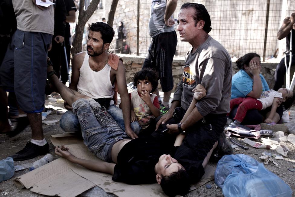 Menekültek várakoznak a regisztrációra Mütiléné szigetén szeptember 5-én.