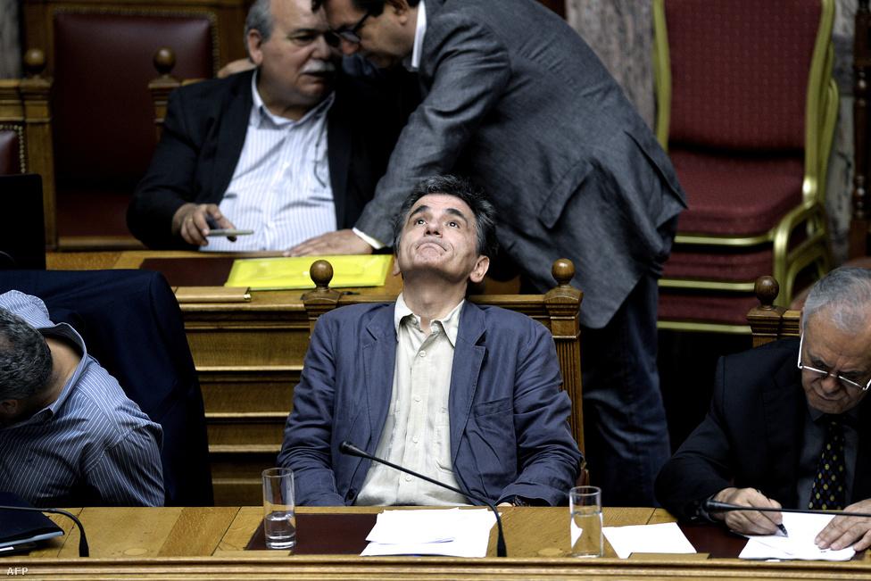 A lemondott görög pénzügyminszter helyébe lépő Euklid Tszakopulosz a görög megszorító csomag parlamenti szavazásának estéjén.