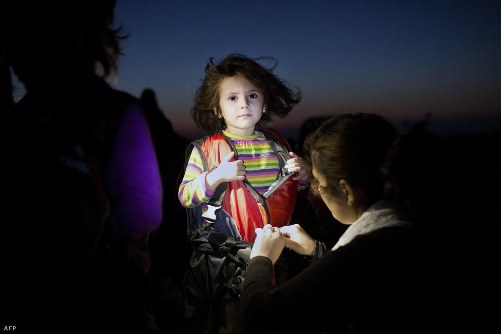 Édesanyja veszi le egy menekült lány mentőmellényét a Kosz-szigeten, augusztus 13-án.