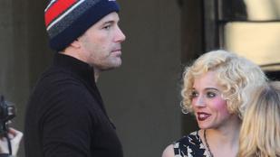 Ben Affleck Sienna Miller kezét fogja. Magától