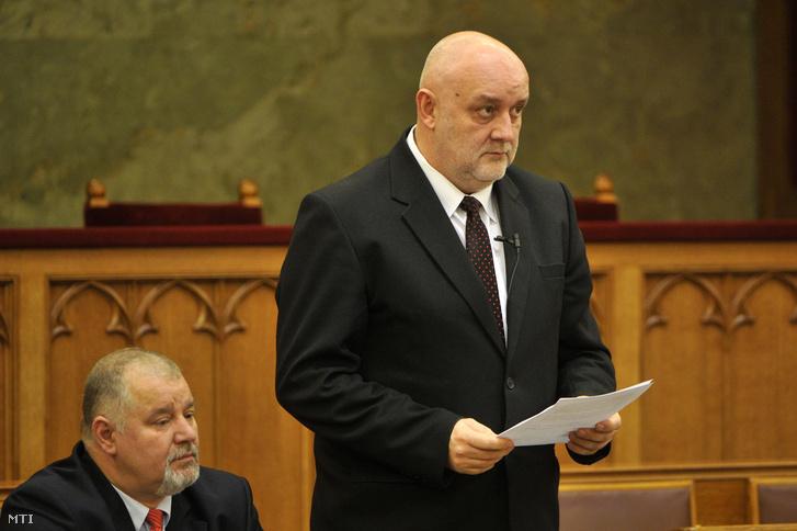 Tilki Attila kérdést tesz fel a parlamentben december 7-én