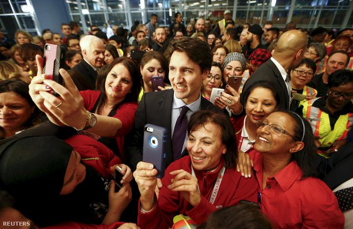 Justin Trudeau pózol a menekültekkel a repülőtér várójában