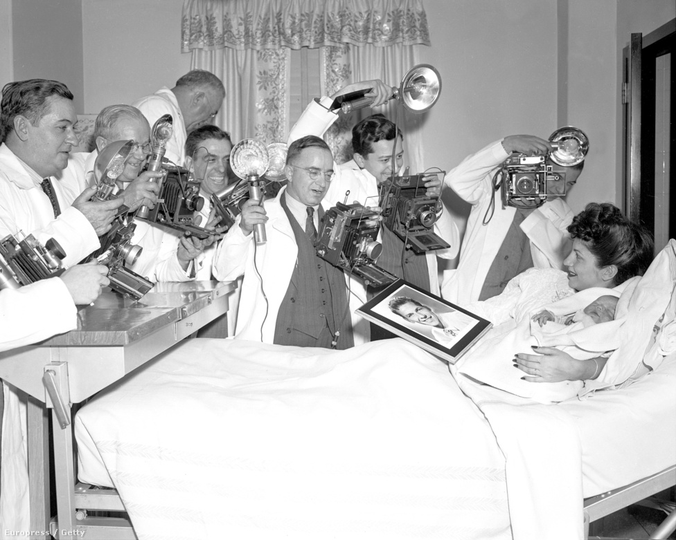 Sinatra 19 évesen vette el első feleségét, Nancy Barbatót, aki három gyereket szült neki. A másodikként született Frank Sinatra, Jr. 1944 januárjában született, a kórházban pedig fotósok serege fényképezte az énekes első fiát és anyját. Nancy és Frank 11 évet töltött együtt, a fiú születése után hat évvel, épp Valentin-napon jelentették be szakításukat. Sinatrának ekkor már Ava Gardnerrel volt viszonya.