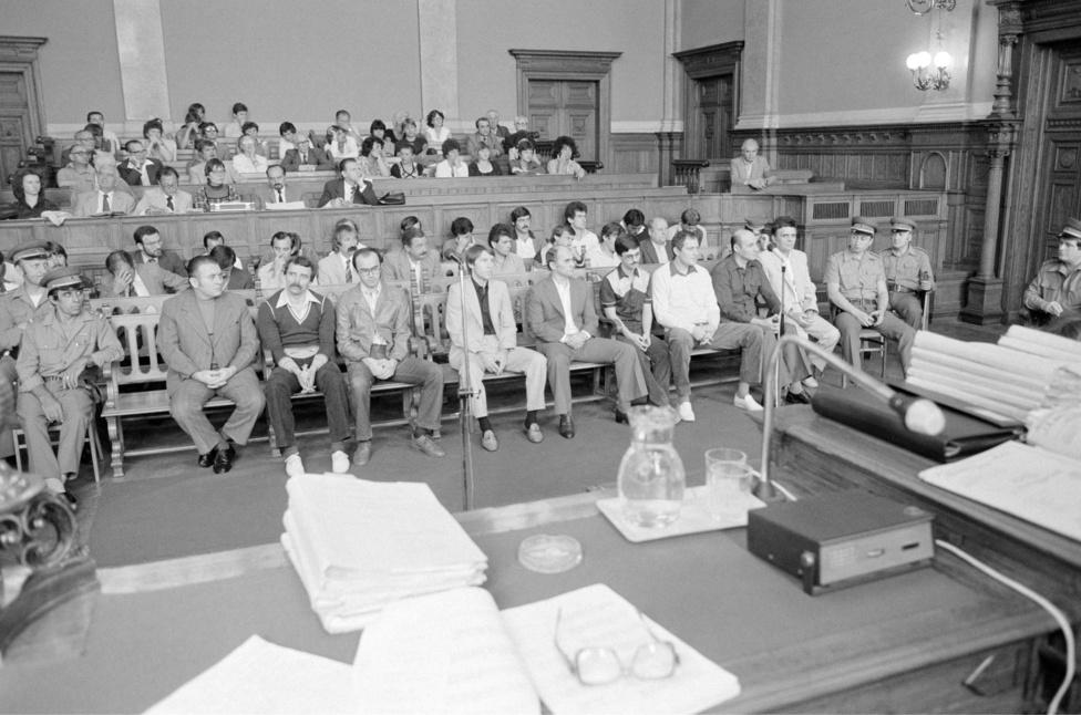 Szerencsejáték- totócsalók ülnek a vádlottak padján a Fővárosi Bíróságon. A perben több mint 30 vádlott csaknem 30 millió forint totónyeremény tisztességtelen felvételéért felel. Budapest 1983. augusztus 8.