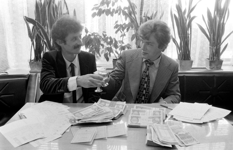A Szentgotthárdi Selyemgyár esztergályosai koccintanak rekordösszegű totónyereményükre az OTP szombathelyi fiókjában. Ötmillió és 109 ezer forintot fizettek ki a szerencsés nyerteseknek. Szombathely 1985. május 17.