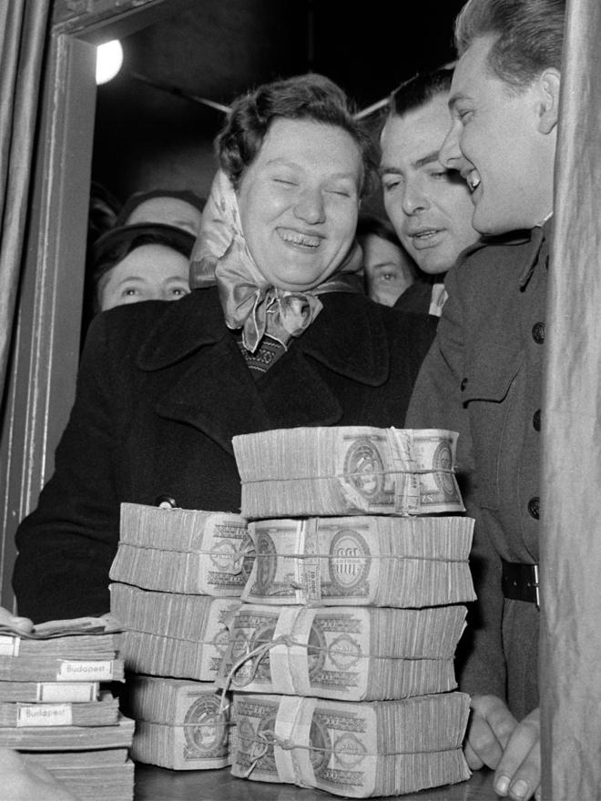 Puskás Erzsébet XX. kerületi lakos átveszi a lottó ötös főnyereményt: majdnem egymillió forintot a Sportfogadási és Lottóigazgatóság Nádor utcai székházának főpénztárában. Budapest 1959. január 7.