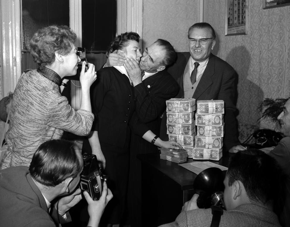 Kifizették a csepeli csodanyertest, Brummel Ferenc villanyszerelőt. A nyeremény egymillió hatvanötezer forint volt. A nyertes 101 szelvénye közül valamennyi nyert. 11 db négytalálatos 60 db háromtalálatos 30 db kéttalálatos szelvénnyel játszott és nyert. Budapest 1963. december 4.
